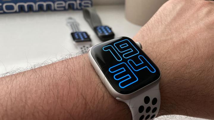 obrázok Apple Watch oznamuje hodiny Siriho hlasu na akejkoľvek obrazovke