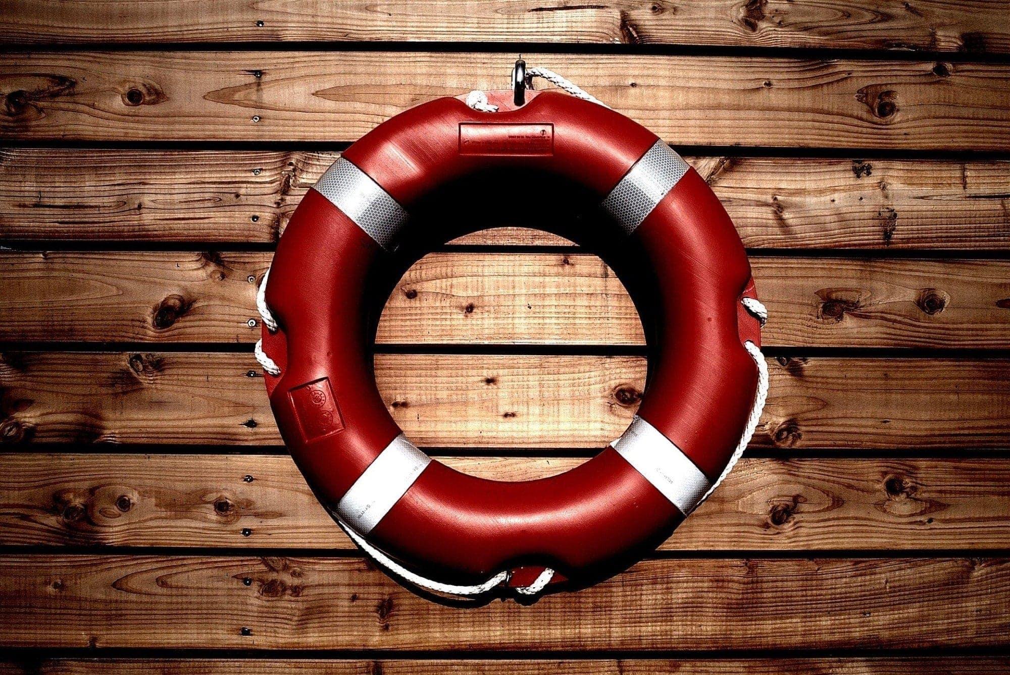 Đặt danh bạ khẩn cấp iPhone - nhân viên cứu hộ trên gỗ