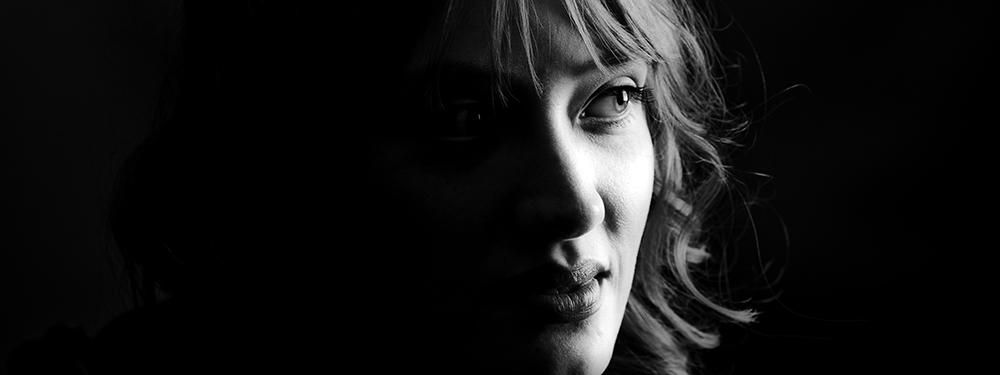 Iluminação discreta: uma garota nas sombras