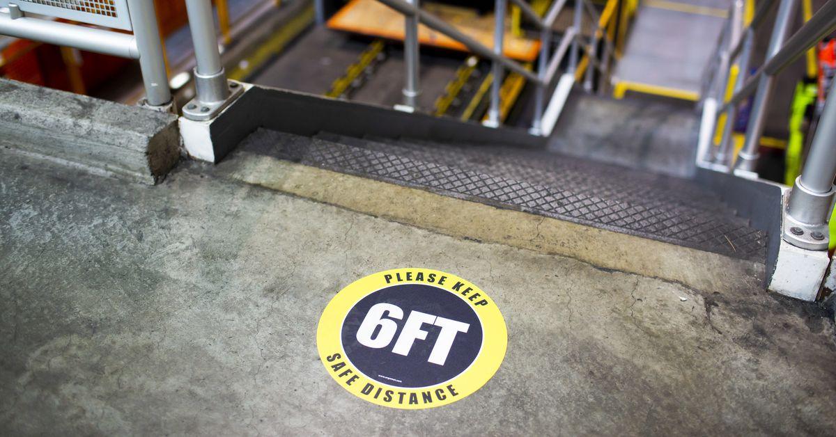 Como Ford, GM, FCA e Tesla estão trazendo de volta os trabalhadores da fábrica