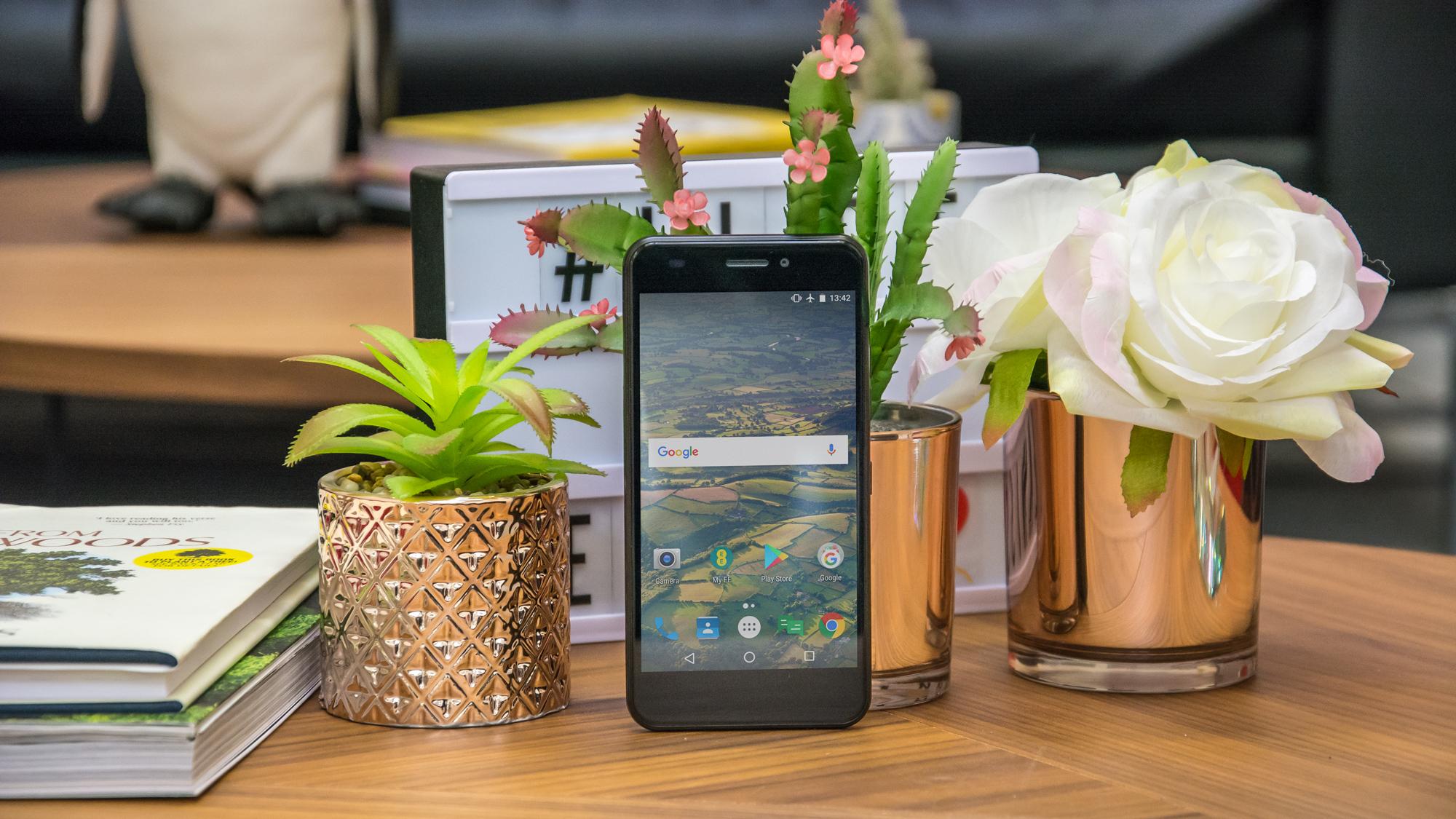 EE Hawk review: um telefone Android econômico que luta para permanecer no ar