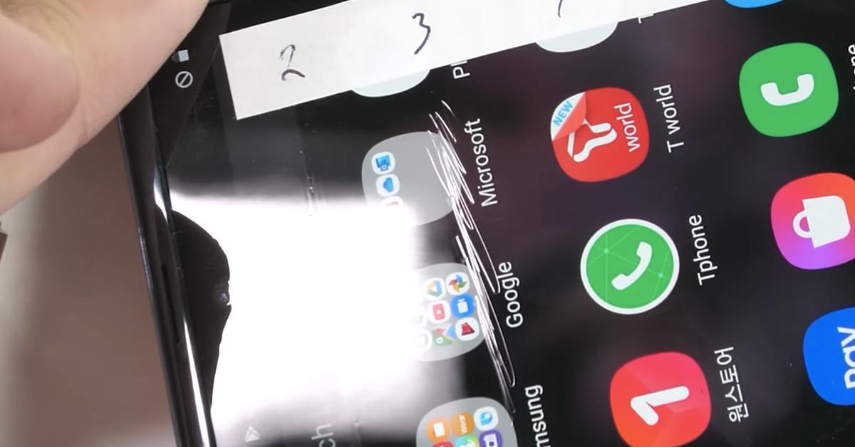 """Galaxy O teste de durabilidade Z Flip questiona o """"vidro"""" ultra fino da Samsung"""